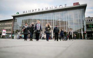 Γυναίκες περπατούν έξω από τον κεντρικό σιδηροδρομικό σταθμό της Κολωνίας μετά τις πρωτοχρονιάτικες επιθέσεις που έχουν προκαλέσει σοκ στην τοπική κοινωνία.