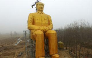Ο γιγαντιαίος ανδριάντας του Μεγάλου Τιμονιέρη, Μάο Τσετούνγκ, σε χωριό της επαρχίας Χενάν της Ανατολικής Κίνας. Ο κινεζικός Τύπος αναφέρει ότι κατασκευάσθηκε από ατσάλι και τσιμέντο και βάφτηκε σε χρυσό χρώμα.