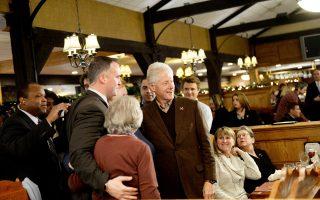 Σε παλιό του στέκι κατέληξε ο Μπιλ Κλίντον. Στο Puritan Backroom χαιρέτησε όλους του θαμώνες διά χειραψίας και έμεινε ατάραχος στους μύδρους που εξαπέλυσε ο Ντόναλντ Τραμπ και μεταδίδονταν από το CNN.