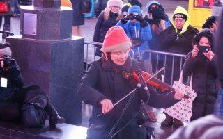 Η Λόρι Αντερσον με το ηλεκτρικό βιολί μαγεύει τον «καλύτερο φίλο του ανθρώπου».