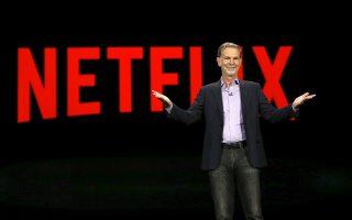 Η επιτυχημένη διαδικτυακή πλατφόρμα του Netflix κατέφτασε από το βράδυ της Τετάρτης και στη χώρα μας, μετά την (αιφνιδιαστική) ανακοίνωση του συνιδρυτή και CEO της εταιρείας Ριντ Χάστινγκς (φωτ.) για επέκταση της κάλυψης σε επιπλέον 130 χώρες, μεταξύ των οποίων και η Ελλάδα. Παρά τις κάποιες ελλείψεις σε περιεχόμενο και υποτίτλους, οι «οιωνοί» είναι με το μέρος του.