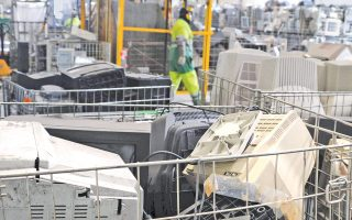 H ανακύκλωση των ηλεκτρονικών και ηλεκτρικών συσκευών παίζει σημαντικό ρόλο στον σχεδιασμό για μια βιώσιμη πόλη. Στη Βιέννη, από το 1998, πάνω από 10.000 τόνοι αποβλήτων ειδών συσκευών επαναχρησιμοποιήθηκαν.