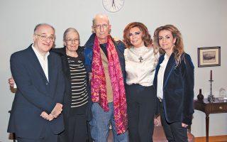 Η αναμνηστική φωτογραφία μιας ιδιαίτερης θεατρικής βραδιάς με τη Βανέσα Ρεντγκρέιβ, καλεσμένη του ζεύγους Δημήτρη και Σοφίας Κουνενάκη Εφραίμογλου, αντιπροέδρου του Ιδρύματος Μείζονος Ελληνισμού και της πρωταγωνίστριας της παράστασης «Σμύρνη μου αγαπημένη» στο Κέντρο Πολιτισμού «Ελληνικός Κόσμος», που είδε και εντυπωσίασε την Αγγλίδα ηθοποιό. Μαζί τους ο Αμερικανός βραβευμένος θεατρικός συγγραφέας Martin Sherman. (Studio Panoulis, 6/1/2016)