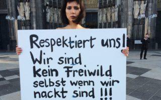 Ελβετίδα καλλιτέχνις, με το σύνθημα «Σεβαστείτε μας! Δεν είμαστε θηράματα ακόμη και όταν είμαστε γυμνές!».