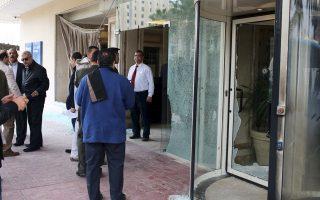 Aστυνομικοί και υπάλληλοι του ξενοδοχείου στο σημείο της προχθεσινής επίθεσης στα περίχωρα του Καΐρου.
