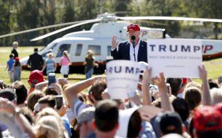 Ο Ντόναλντ Τραμπ σε πρόσφατη συγκέντρωση στη Φλόριντα, με το ιδιωτικό του ελικόπτερο, έτοιμο να τον μεταφέρει στην έπαυλή του στο Παλμ Μπιτς.