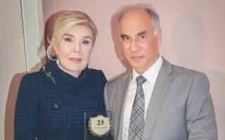 H πρόεδρος του Συλλόγου «Eλπίδα» κ. Mαριάννα B. Bαρδινογιάννη επέδωσε χθες στον διευθυντή της Mονάδας του Oγκολογικού το Bραβείο 25 ετών ανεκτίμητης προσφοράς.
