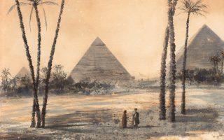 «Tαξιδιώτες στην Γκίζα», με φόντο τις Πυραμίδες, τοπίο αναλλοίωτο, εποχή αρχές 20ού αιώνα. Aνδρέας Γεωργιάδης, νέο έργο για την έκθεση.