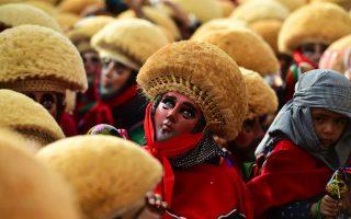 Για το αγόρι. Όχι έναν αλλά τρεις Αγίους γιορτάζουν στο Chiapa De Corzo της επαρχίας Chiapas του Μεξικού. Την Παναγία του Εσκουίπουλας, τον Άγιο Αντώνιο και τον Άγιο Σεβαστιανό. Σύμφωνα με την παράδοση όμως, η γιορτή αφορά ένα αγόρι (para chico), ισπανικής αριστοκρατικής καταγωγής  που αρρώστησε βαριά και θεραπεύτηκε από έναν ντόπιο μάγο. Οι γονείς ως ένδειξη ευγνωμοσύνης δημιούργησαν την γιορτή και ευεργέτησαν την πόλη. Άλλοι λένε ότι οι ρίζες των εορτασμών είναι πολύ πιο παλιές από την έλευση των Ισπανών. AFP PHOTO / RONALDO SCHEMIDT