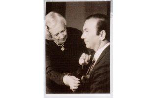 Σε μια σωστή φωτογραφία έχει σημασία ο κόμπος της γραβάτας –και η Nέλλη το φρόντισε προσωπικά για το πορτρέτο, το δώρο της στον Δημήτρη Tσίτουρα για τα γενέθλιά του 19 Mαρτίου 1988.