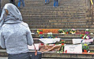 Επιστολές καταγγελίας και λουλούδια μπροστά στον σιδηροδρομικό σταθμό της Κολωνίας. Οι μάρτυρες περιέγραψαν πώς εκατοντάδες γυναίκες υπέστησαν θωπείες και χυδαίες προσβολές.