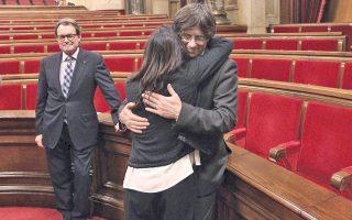 Αριστερά, ο πρώην πρόεδρος της Καταλωνίας Αρτούρ Μας και, δεξιά, ο διάδοχός του με τη γυναίκα του, Μαρτίνα Τοπόρ, μετά την ορκωμοσία του.