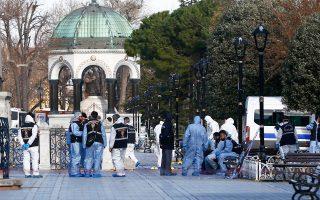 Ειδικοί της τουρκικής αντιτρομοκρατικής υπηρεσίας στην πλατεία Σουλταναχμέτ της Κωνσταντινούπολης. Η επίθεση αυτοκτονίας Σαουδάραβα τζιχαντιστή του ISIS ανάμεσα στην Αγία Σοφία και το Μπλε Τζαμί, χθες το πρωί, κόστισε τη ζωή 10 ατόμων, κυρίως Γερμανών τουριστών.