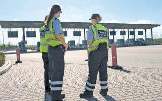 Δανοί τελωνειακοί υπάλληλοι διενεργούν ελέγχους στη γέφυρα που ενώνει Δανία και Σουηδία, καθώς η ελεύθερη μετακίνηση έχει ανασταλεί προσωρινά μεταξύ των δύο χωρών.