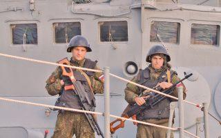 Ανδρες του ρωσικού πολεμικού Ναυτικού στο κατάστρωμα του αντιτορπιλικού «Αντιναύαρχος Κουλάκοφ», στα ανοιχτά των συριακών ακτών.