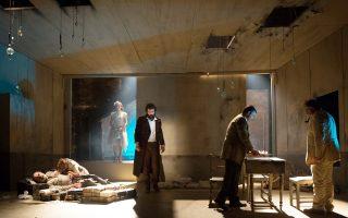 Σκηνή από την παράσταση «Εγκλημα και τιμωρία», όπως παρουσιάζεται στο θέατρο Ανεσις, σε σκηνοθεσία του Γεωργιανού Λεβάν Τσουλάτζε.