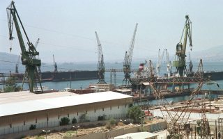 Τα ναυπηγεία έχουν περιοριστεί σε στρατιωτικό και μόνον έργο και έχουν αποκλειστεί από τη δυνατότητα ανάληψης εμπορικών συμβάσεων.