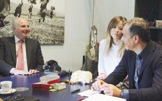 Δεξιά, ο πρόεδρος του Ποταμιού. Αριστερά, ο πρόεδρος της Eldorado Gold. Ενδιαμέσως, η διερμηνέας, καθώς ο πρόεδρος της Eldorado δεν ομιλεί την Ελληνική...