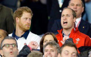Ο πρίγκιπας Ουίλιαμ ψάλλει τον εθνικό ύμνο της Ουαλλίας, με τον αδελφό του Χάρι να παρατηρεί, στον αγώνα μεταξύ των ομάδων ράγκμπι Αγγλίας - Ουαλλίας τον περασμένο Σεπτέμβριο.