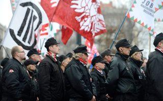 Mέλη του εθνικιστικού κόμματος Τζομπίκ στον εορτασμό της επετείου της επανάστασης του 1848. Τα ακραία κόμματα έχουν βρει πια τον δάσκαλό τους, που είναι οπλισμένος με χιούμορ.