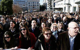 Με ογκώδη συγκέντρωση και πορεία στο κέντρο της Αθήνας διαμαρτυρήθηκαν χθες κατά του ασφαλιστικού περίπου 10.000 δικηγόροι, γιατροί, μηχανικοί, συμβολαιογράφοι και φαρμακοποιοί.