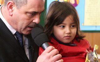 Ο Ρομπ Λάουρι, με την 4χρονη Αφγανή Μπαχάρ Αχμαντί, παραχώρησε χθες συνέντευξη Τύπου πριν από την έναρξη της δίκης στο δικαστήριο της Βουλώνης.