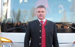 O περιφερειακός σύμβουλος στη Βαυαρία, Πέτερ Ντράιερ, μπροστά στο λεωφορείο με τους πρόσφυγες.