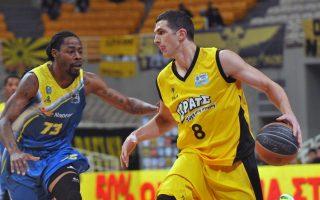 Ο παίκτης της ΑΕΚ Μίλαν Μιλόσεβιτς μάχεται για την μπάλα με τον παίκτη του Λαυρίου, κατά τη διάρκεια του αγώνα ΑΕΚ-ΛΑΥΡΙΟ στο ΟΑΚΑ για την 15η αγωνιστική του Πρωταθλήματος Basket League, το Σάββατο 23 Ιανουαρίου 2016. Η ΑΕΚ  νίκησε με σκορ  90-82. ΑΠΕ-ΜΠΕ/ΑΠΕ-ΜΠΕ/ΠΑΝΑΓΙΩΤΗΣ ΜΟΣΧΑΝΔΡΕΟΥ