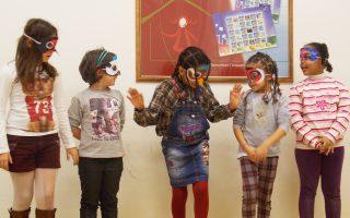 Τα κορίτσια που φιλοξενούνται στο Χατζηκυριάκειο Ιδρυμα, φορώντας μάσκες πουλιών που κατασκεύασαν, παρουσιάζουν το δικό τους δρώμενο.
