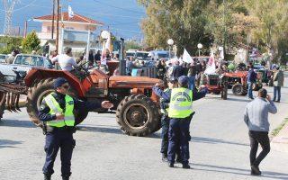 Μπλόκο στην Εθνική Οδό Αργους - Ναυπλίου. Αγρότες και κτηνοτρόφοι κλιμακώνουν τις κινητοποιήσεις τους.
