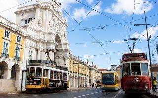 Εκτός από την κόντρα με τους επενδυτές στην τράπεζα Novo Banco, ο νέος αριστερός κυβερνητικός συνασπισμός επιδιώκει να ακυρώσει τα συμβόλαια με τα οποία η προηγούμενη κυβέρνηση ανέθεσε σε ξένες επιχειρήσεις τη διαχείριση των μέσων μαζικής μεταφοράς στις δύο μεγαλύτερες πόλεις της Πορτογαλίας, τη Λισσαβώνα (φωτ.) και το Πόρτο.