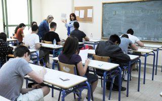 Οι μαθητές της Γ΄ Λυκείου θα εξεταστούν με βάση το νέο σύστημα, δηλαδή σε 5 μαθήματα, ενώ οι απόφοιτοι προηγούμενων ετών σε 6 μαθήματα, σύμφωνα με ό,τι ίσχυε πέρυσι.