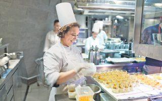 Με δεδομένο το success story στον χώρο του τουρισμού στην Ελλάδα, ιδιαίτερα μέσα στην κρίση, αλλά και την «απενοχοποίηση» μέσω των τηλεοπτικών εκπομπών, όλο και περισσότεροι στρέφονται στις σπουδές μαγειρικής.