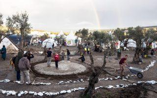 Γύρω από την υποδοχή των προσφύγων έχει αναπτυχθεί μια τοπική αγορά. Στη Μόρια (φωτογραφία) δημιουργήθηκε μόνιμη πιάτσα ταξί και λειτουργούν επτά καντίνες.