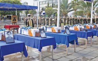 Τα λείψανα έξι Ελλήνων στρατιωτικών, πεσόντων και αγνοουμένων στην Κύπρο, μεταφέρονται σήμερα στην Αθήνα, έπειτα από την τελετή παραλαβής τους, χθες, στη Λευκωσία.