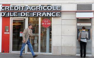 Οι μετοχές της ισπανικής τράπεζας Banco de Sabatell, της γαλλικής Credit Agricole (φωτ.) και της πορτογαλικής Banco Comercial Portugues παρουσίασαν απώλειες από 4,5% έως 7,8%.