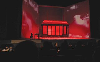 ...στο φλεγόμενο κουκλόσπιτο του γιαπωνέζικου γάμου της, με τον μικρό γιο της να κρατά την αμερικανική σημαία στην όπερα του Tζ. Πουτσίνι.