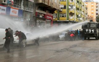 Καθημερινές εικόνες καταστολής διαδηλώσεων στις κουρδικές περιοχές της ΝΑ Τουρκίας. Στρατιωτικές επιχειρήσεις οδηγούν σε συνεχή λουτρά αίματος.