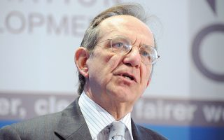 Ο υπουργός Οικονομικών της Ιταλίας, Πιερ Κάρλο Παντοάν, έσπευσε να καθησυχάσει τις αγορές. Δήλωσε πως «δεν υπάρχει καμία ιδιαίτερη ανησυχία για τις ιταλικές τράπεζες, απλώς γίνεται μια μελέτη για να αποφασιστεί η καλύτερη στρατηγική για τη διαχείριση των μη εξυπηρετούμενων δανείων».