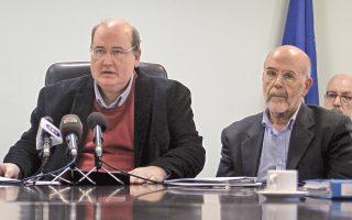«Ολιγομελείς ομάδες που πρόσκεινται στον χώρο της εξωκοινοβουλευτικής Αριστεράς μετέτρεψαν εαυτούς σε ομάδες... κρούσης» είπε ο υπουργός Παιδείας Ν. Φίλης (αριστερά), ενώ ο πρόεδρος της Επιτροπής Εθνικού Διαλόγου, Α. Λιάκος, έστρεψε τα πυρά του σε όσους επιτέθηκαν στην ομάδα φοιτητών Reform Education Now!