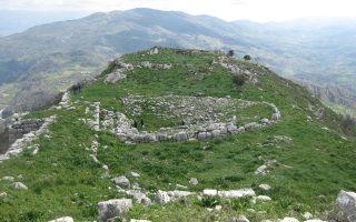 Πανοραμική άποψη του αρχαίου θεάτρου της Πλατιάνας, στην Ηλεία. Χτισμένο σε μία από τις πολλές ακροπόλεις της αρχαίας Τριφυλίας, ήταν ονομαστό για τη μοναδική θέα προς την ενδοχώρα της Πελοποννήσου και το Ιόνιο Πέλαγος.