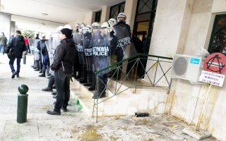 Δυνάμεις των ΜΑΤ έχουν αποκλείσει την είσοδο του κτιρίου της Περιφερειακής Ενότητας Ροδόπης, όπου βρισκόταν εγκλωβισμένος ο υπουργός Αγρ. Ανάπτυξης Βαγγέλης Αποστόλου.