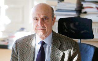 Στο γραφείο της δημαρχίας της πόλης Μπορντό φωτογραφήθηκε τον Μάρτιο ο Αλέν Ζιπέ.