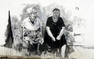 Η κυρά-Ελισάβετ. Παραήταν ήσυχο το χωριουδάκι Staro Zhelezare της κεντρικής Βουλγαρίας. Η τόση ησυχία είχε φέρει και αναδουλειές, γεγονός που αφύπνισε τους κατοίκους, σπάζοντας το κεφάλι τους να βρουν έναν τρόπο να τους κάνει ξεχωριστούς και άρα θελκτικούς σε επισκέπτες. Και εντέλει τον βρήκαν μέσω της τέχνης. Διάσημους δεν είχαν στο χωριό, αλλά υιοθέτησαν ξένους, από την Βασίλισσα Ελισάβετ, μέχρι την Άγκελα Μέρκελ, τον Πάπα Φραγκίσκο και την Μπριζίτ Μπαρντό, όλοι τους έγιναν μέρος μιας τεράστιας τοιχογραφίας στο χωριό, που πάντρεψε τους κατοίκους του μαζί με τα διάσημα πρόσωπα. (AP Photo/Valentina Petrova)