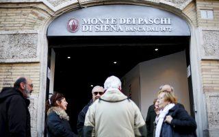 Η Monte Paschi παρουσιάζει το υψηλότερο ποσοστό «κόκκινων» δανείων μεταξύ των ιταλικών τραπεζών, φθάνοντας το 22% του ενεργητικού της. Με τις τιμές των μετοχών και των ομολόγων της Monte Paschi να έχουν χάσει μεγάλο μέρος της αξίας τους από την αβεβαιότητα που επικρατεί για την επιβίωσή της, πελάτες της τράπεζας προχώρησαν στην ανάληψη των αποταμιεύσεών τους.