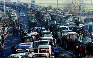Μπλόκο αγροτών της Θεσσαλίας στην εθνική οδό στο ύψος της Νίκαιας.