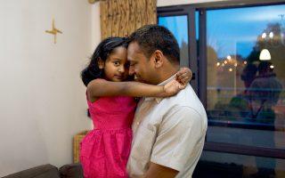 Η μικρή Εβα Πανικέρ στην αγκαλιά του πατέρα της. Το σχολείο της γειτονιάς της δεν τη δέχθηκε επειδή δεν είναι καθολική.