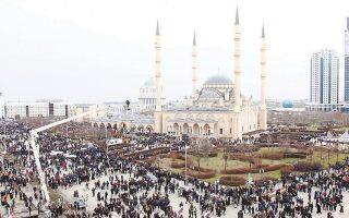 Χιλιάδες κόσμου κατέκλυσαν το κέντρο του Γκρόζνι για να διαδηλώσουν υπέρ του ισχυρού άνδρα της περιοχής.