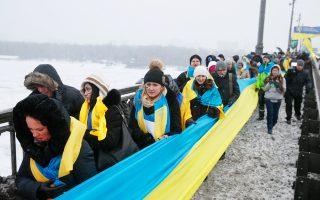 Κάτοικοι του Κιέβου κρατούν ουκρανικές σημαίες και γιορτάζουν την επέτειο ενοποίησης δυτικής και ανατολικής Ουκρανίας το 1919.