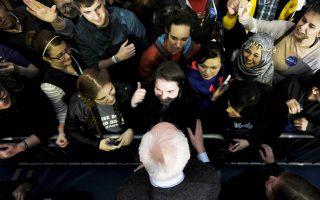 Υποστηρικτές του συνάντησε ο Μπέρνι Σάντερς στο Πανεπιστήμιο της Αϊόβα, στο Σίνταρ Φολς, την Κυριακή.